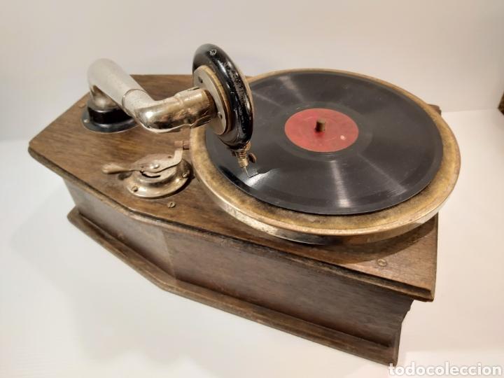 Gramófonos y gramolas: ANTIGUO GRAMÓFONO DE PEQUEÑAS DIMENSIONES - Foto 4 - 205673528