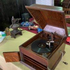 Gramófonos y gramolas: ANTIGUO GRAMOFONO EN MADERA DE LA MARCA VICTOR DE ESTADOS UNIDOS.. Lote 205736910