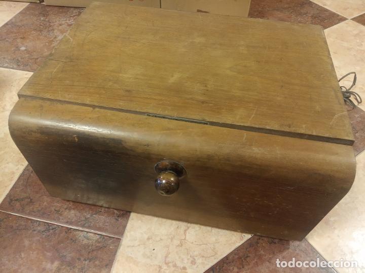 Gramófonos y gramolas: Tocadiscos Hispano Suiza. Melodial Cosmophon. Modelo standard de 1942. Poco visto. - Foto 2 - 214414885