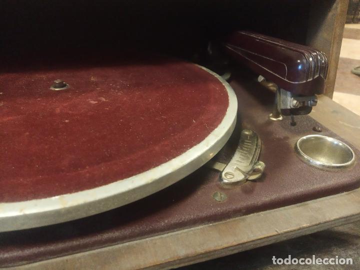 Gramófonos y gramolas: Tocadiscos Hispano Suiza. Melodial Cosmophon. Modelo standard de 1942. Poco visto. - Foto 3 - 214414885