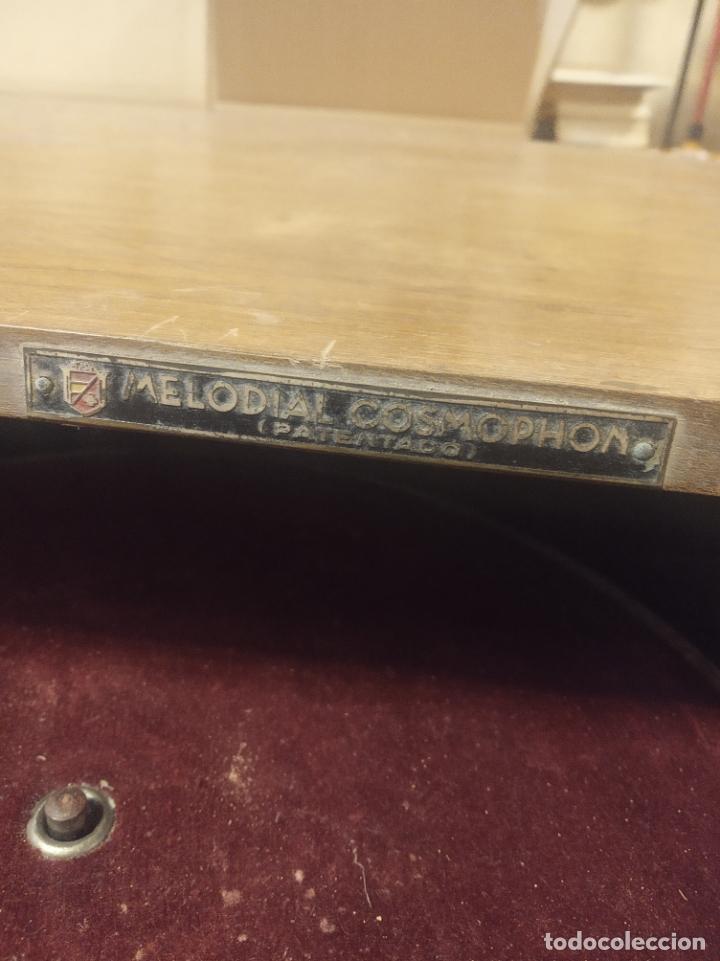 Gramófonos y gramolas: Tocadiscos Hispano Suiza. Melodial Cosmophon. Modelo standard de 1942. Poco visto. - Foto 4 - 214414885