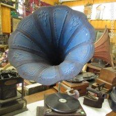 Gramófonos y gramolas: ANTIGUO GRAMOFONO GRAMOLA DE SALON CON TROMPA DE COLOR AZUL - FUNCIONA -. Lote 217787142