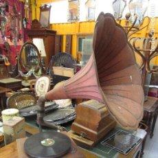 Gramófonos y gramolas: ANTIGUO GRAMOFONO GRAMOLA DE SALON - PEERLESSPHONE S.A.P.F. - TROMPA COLOR ROJO - FUNCIONA. Lote 217787805