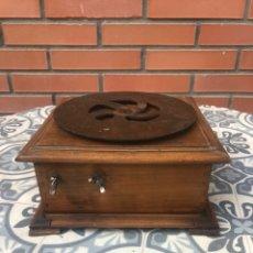 Gramófonos y gramolas: CAJA DE GRAMÓFONO GRAMÓLA. MÁS PONIENDO USMO. Lote 220540615
