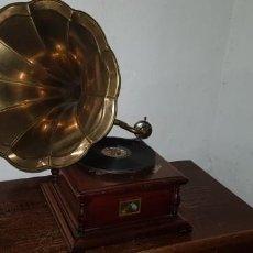 Gramofones e jukeboxes: GRAMOFONO REPLICA DE GRAMOFONO. Lote 228788670