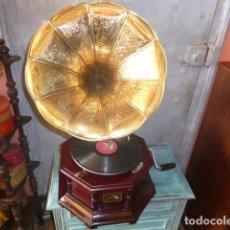 Grammofoni e gramolas: GRAMOFONO O GRAMOLA, FUNCIONANDO CON DISCO Y AGUJAS DE REGALO HIS MASTER´S VOICE. Lote 257773640