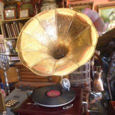 Phonographes: GRAMOFONO O GRAMOLA FUNCIONANDO CON CORNETA DE LATON REPUJADO. Lote 230686500
