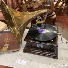 Gramófonos y gramolas: GRAMOLA CON DISCOS PIZARRA. Lote 235132505