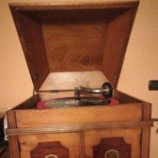 Gramófonos y gramolas: GRAMÓFONO DE LIMONCILLO CON MQUETERIA AÑOS 40. Lote 236312510