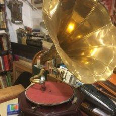Gramófonos y gramolas: GRAMOFONO GRAMOLA LA VOZ DE SU AMO , REPLICA, FALTA MANIVELA DE LA CUERDA. 45X46X75 47 DIÁMETRO. Lote 245983855