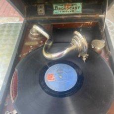 Gramophones: GRAMOFONO ANTIGUO DE MALETA BROADCAST TWELVE MANIVELA UNIÓN MUSICAL ESPAÑOLA DISCOS PIZARRA FUNCIONA. Lote 266509808