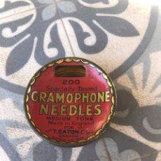 Gramófonos y gramolas: CAJA LATA GRAMOPHONE NEEDLES T. EATON VACÍA. MÁS PONIENDO USMO GRAMOFONO GRAMÓLA. Lote 273647798