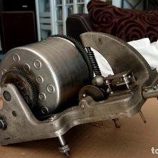 Gramófonos y gramolas: MOTOR DE GRAMOFONO HIS MASTER VOICE. EL NUMERO 32. Lote 279426588