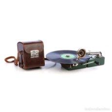 Gramófonos y gramolas: ANTIGUO GRAMÓFONO DE VIAJE COLIBRÍ DE COLOR VERDE. BÉLGICA, CIRCA 1925. Lote 279520923