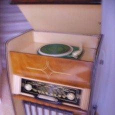 Radios antiguas: MUEBLE RADIO-TOCADISCOS-FUNCIONANDO Y REVISADO. Lote 21043920