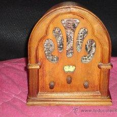 Radios antiguas: REPRODUCCIÓN PEQUEÑA RADIO CAPILLA ANTIGUA 18 CM. FABRICADA EN HONG KONG. FUNCIONA. Lote 27036804