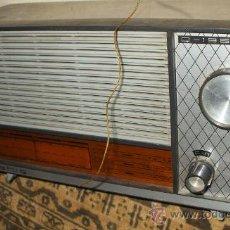 Radios antiguas: RADIO RARA ESPAÑOLA DE 1965 MARCA MARAHIS Q-196 FUNCIONANDO PERO METE RUIDO. Lote 30160275