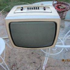 Radios antiguas: TELEVISOR PORTATIL TELEFUNKEN BLANCO Y NEGRO 220, CON RADIO 13 PULGADAS FUNCIONANDO. Lote 33535507