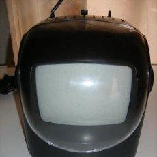 Radios antiguas: PEQUEÑA RADIO TELEVISIÓN PORTÁTIL. FUNCIONA CON PILAS, 12V COCHE Y 220V RED. Lote 34089069