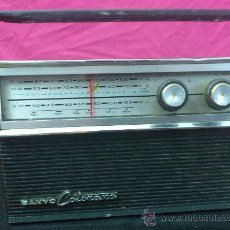 Radios antiguas: RADIO TRANSISTOR SANYO COLORANO. VINTAGE. FUNCIONA.. Lote 66530701