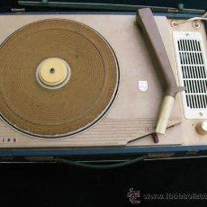 Radios antiguas: ANTIGUO TOCA DISCOS PORTATIL DE LA CASA PHILIPS, CON ESTUCHE FUNCIONA PERFECTAMENTE.. Lote 36437436
