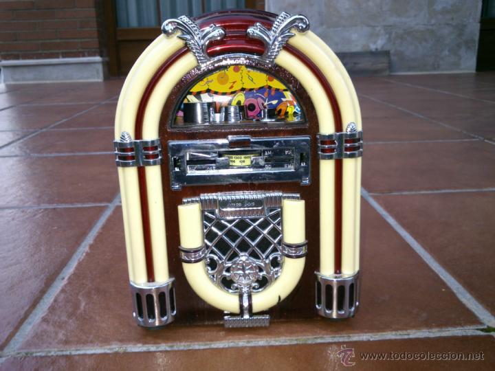 REPLICA RADIO CON FORMA DE JUKE BOX DE TRANSISTORES EN MADERA Y PLASTICO.CON LUZ (Radios, Gramófonos, Grabadoras y Otros - Transistores, Pick-ups y Otros)