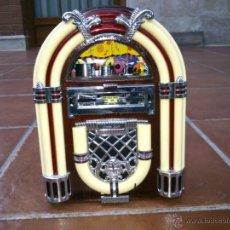 Radios antiguas: REPLICA RADIO CON FORMA DE JUKE BOX DE TRANSISTORES EN MADERA Y PLASTICO.CON LUZ. Lote 39579428