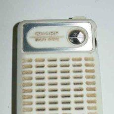 Radios antiguas: ANTIGUO APARATO DE RADIO, TRANSISTOR A PILAS - MARCA SHARP - RADIO AM - FUNCIONA - MIDE 10 CMS DE LA. Lote 38264566