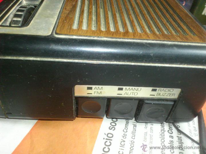 Radios antiguas: RADIO RELOJ DESPERTADOR AURITONE AM-FM LUZ REGULABLE ACABADO EN MADERA - Foto 3 - 43496272