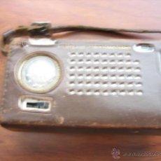 Radios antiguas: PEQUEÑO TRANSISTOR CON RELOJ MARCA WALTHAM STANDARD. Lote 44736970