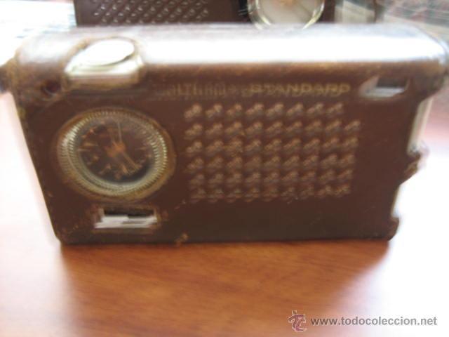 Radios antiguas: Pequeño transistor con reloj marca Waltham Standard - Foto 2 - 44736970