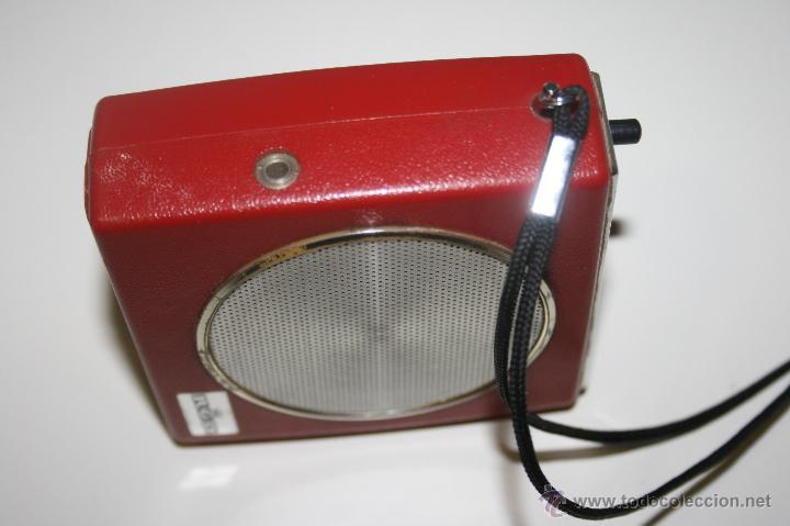 Radios antiguas: Antigua radio transistor RGD. Estilo vintage 9 x 9 x 3 cms. Funciona - Foto 2 - 47527443