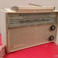 Radios Anciennes: BONITA ANTIGUA RADIO TRANSISTOR GRUNDIG FUNCIONANDO BLANCA CUERO VINTAGE DECORACION DECORATIVO. Lote 57389469