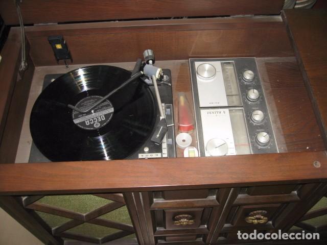 Radios antiguas: Mueble radio tocadiscos AM - FM zenith modelo d - 916 chasis 17dt90 funcionando - Foto 2 - 64310499