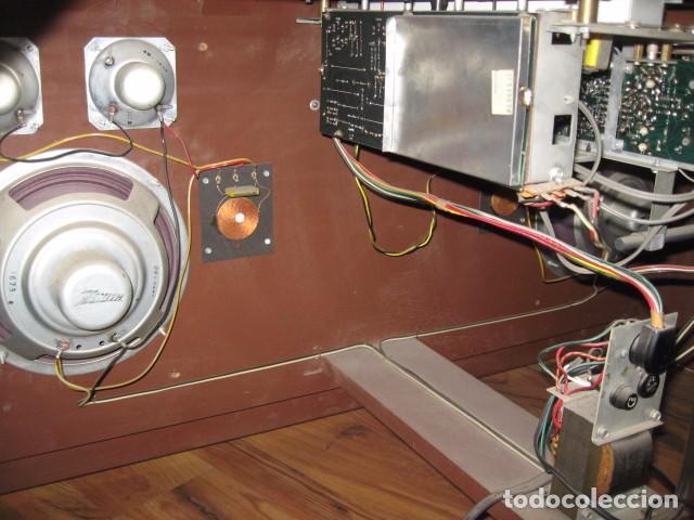 Radios antiguas: Mueble radio tocadiscos AM - FM zenith modelo d - 916 chasis 17dt90 funcionando - Foto 4 - 64310499