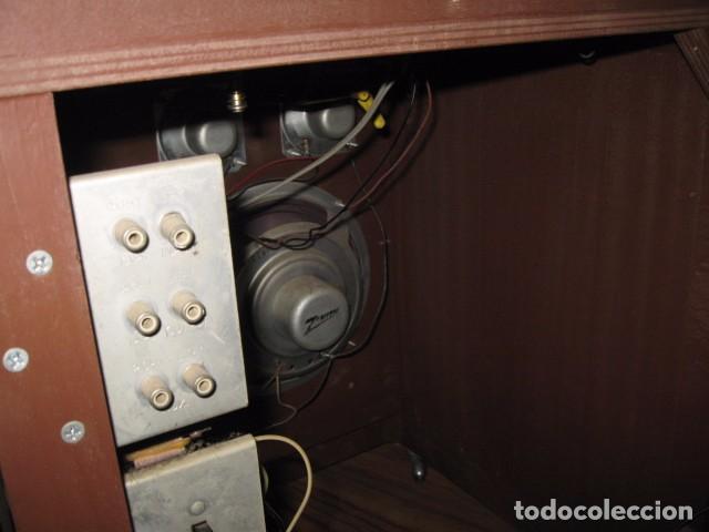 Radios antiguas: Mueble radio tocadiscos AM - FM zenith modelo d - 916 chasis 17dt90 funcionando - Foto 5 - 64310499