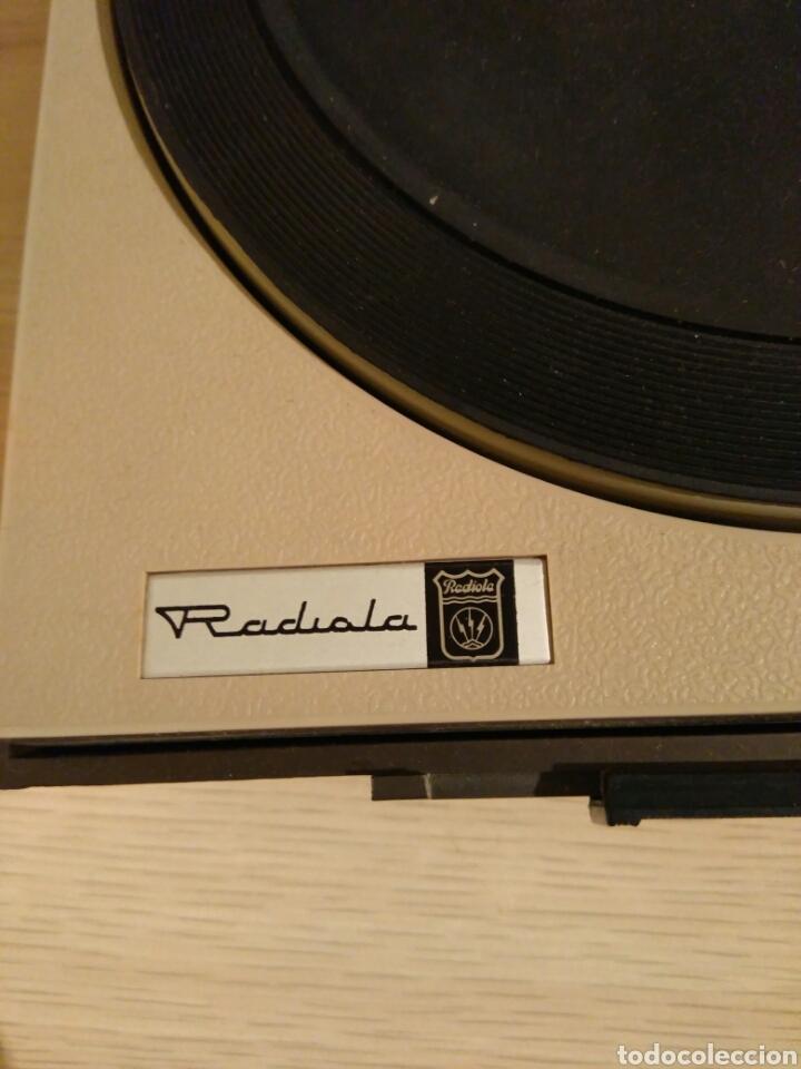 Radios antiguas: TOCA DISCOS RADIOLA A PILAS Y CORRIENTE FUNCIONA - Foto 4 - 73785942