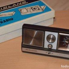 Radios antiguas: ANTIGUA RADIO RELOJ DESPERTADOR DE VIAJE - MIDLAND TRAVEL MATE 11-655 - VINTAGE - MIRA LAS FOTOS. Lote 75742091