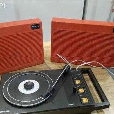Radios antiguas: ANTIGUIO TOCA DISCOS CON LA COLUNAS PORTATILES CERRADO ES UNA MALETA ,MARCA PHILIPS ANOS40,50 60. Lote 83058352