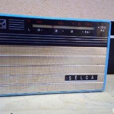 Radios antiguas: RADIO TRANSISTOR SELGA RRR CON FUNDA, FUNCIONA, PERO HAY QUE TANTEAR SELECTOR DIAL FALTA TAPA PILAS. Lote 86680140