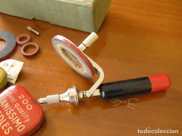 Radios antiguas: ANTIGUO AFILADOR DE AGUJAS DE GRAMOFONO GRAMOLA Y CUATRO CAJA CON AGUJAS GRAMOPHONE NEEDLE SHARPENER - Foto 21 - 87421028