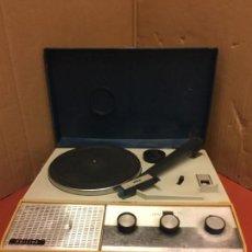 Radios antiguas: GRACIOSO TOCADISCOS PICK-UP PORTATIL - PHILIPS - A PILAS O CON ALIMENTADOR EXTERNO. LEER MAS.... Lote 152641538