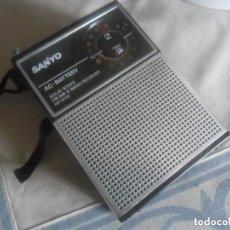 Radios antiguas: RADIO TRANSISTOR SANYO CON CABLE Y PILAS FM - AM - FUNCIONANDO. Lote 109993115