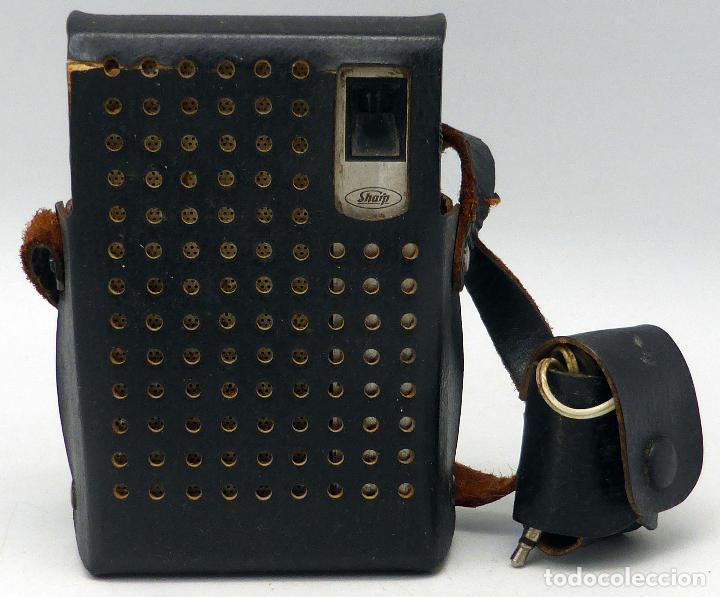 Radios antiguas: Transistor Sharp AM Made in Japan con funda cuero años 70 funciona - Foto 2 - 112887875