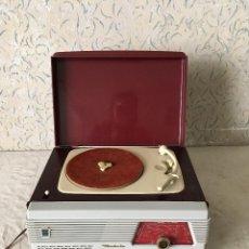 Radios antiguas: RADIOLA TOCADISCOS CON RADIO. RADIO FUNCIONA A 220V. Lote 114900287