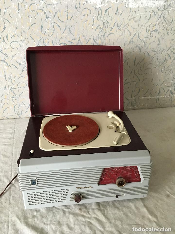Radios antiguas: RADIOLA TOCADISCOS CON RADIO. RADIO FUNCIONA A 220V - Foto 5 - 114900287