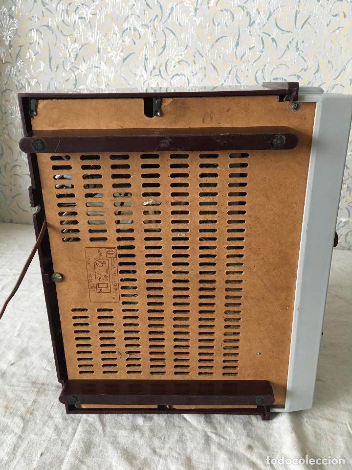 Radios antiguas: RADIOLA TOCADISCOS CON RADIO. RADIO FUNCIONA A 220V - Foto 23 - 114900287