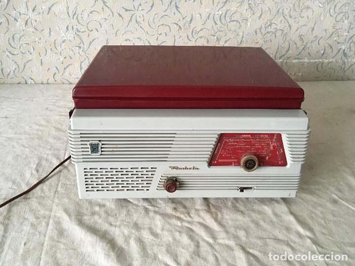 Radios antiguas: RADIOLA TOCADISCOS CON RADIO. RADIO FUNCIONA A 220V - Foto 2 - 114900287