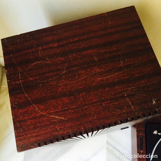 Radios antiguas: Tocadiscos emerson con sus altavoces en madera - Foto 15 - 127968656