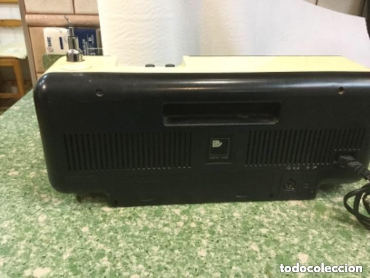Radios antiguas: Radio transistor LAVIS AM/FM, mod. 990 SOLID STATE a corriente y a pilas - Foto 4 - 128640555